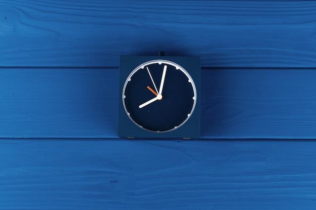 Vue de dessus du réveil sur bleu classique