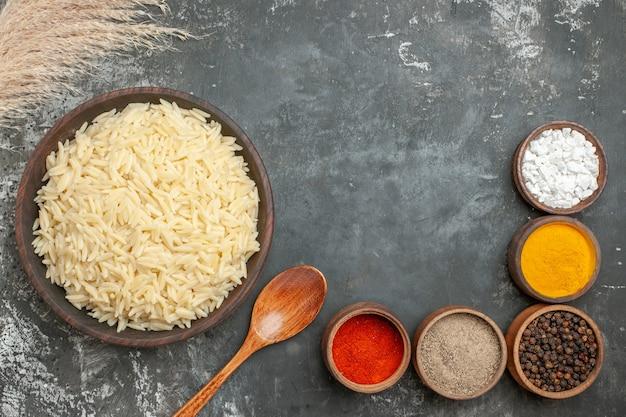 Vue de dessus du riz bouilli nature avec différentes épices