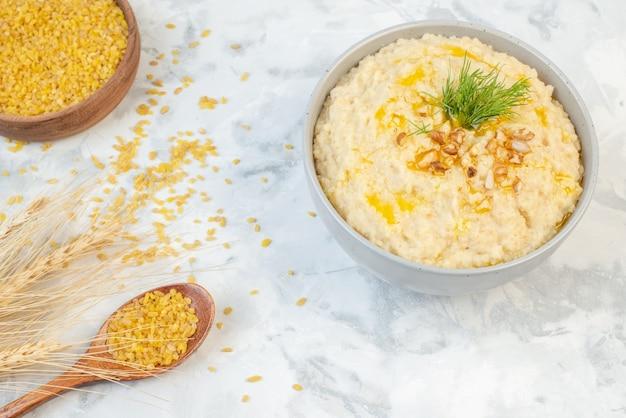 La vue de dessus du riz brun dans un bol brun pointe un délicieux petit-déjeuner avec de l'avoine sur fond de glace
