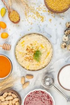 Vue de dessus du riz brun dans un bol brun pointes un délicieux petit-déjeuner avec des œufs de confiture d'avoine sur fond de glace