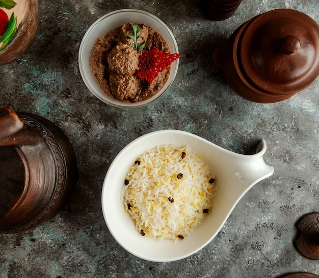 Vue de dessus du riz pilaf azerbaïdjanais et des boulettes de viande