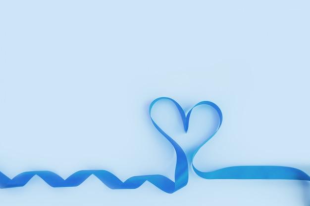 Vue de dessus du ruban en forme de coeur sur fond bleu. concept de la saint-valentin