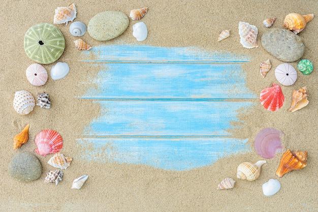 Vue de dessus du sable de la plage avec des coquillages. concept de fond de l'été.
