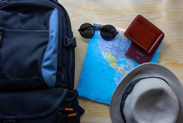 Vue de dessus du sac à dos avec d'autres accessoires de voyage en bois