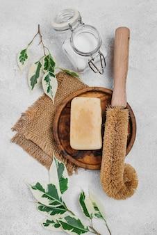 Vue de dessus du savon et de la brosse