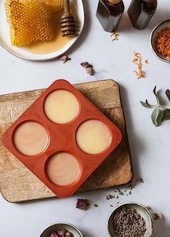 Vue de dessus du savon et du miel faits maison