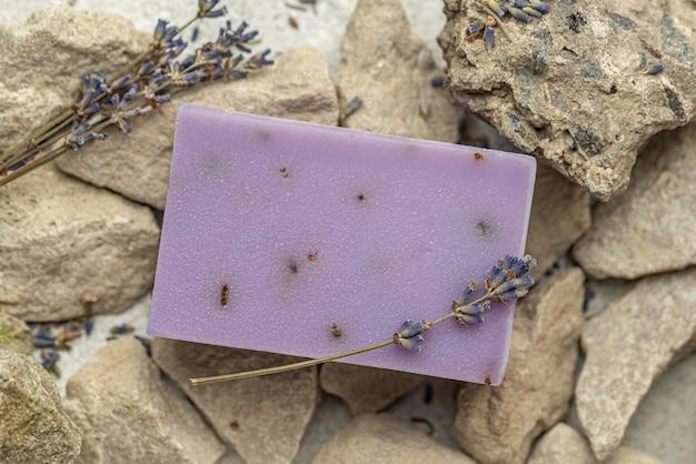 Vue de dessus du savon à la lavande sur les rochers