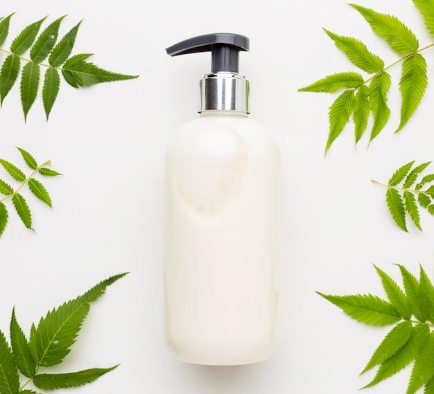 Vue de dessus du savon pour les mains entouré de feuilles