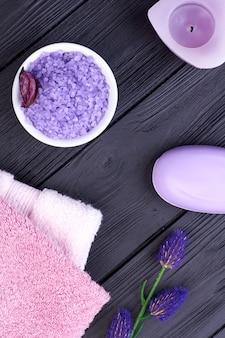 Vue de dessus du sel bleu à plat avec du savon et des serviettes