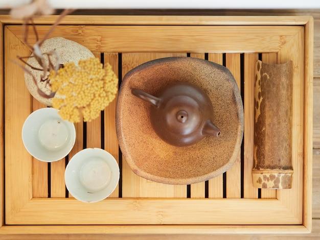 Vue de dessus du service à thé asiatique sur un plateau en bois de bambou composition de style oriental