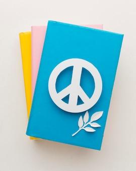 Vue de dessus du signe de la paix avec des livres
