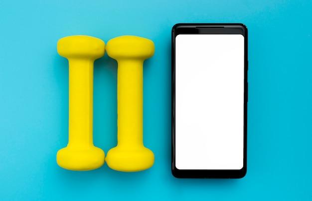 Vue de dessus du smartphone avec des poids