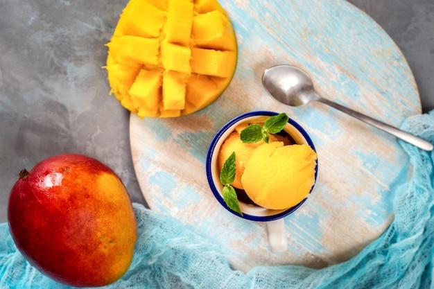 Vue de dessus du sorbet à la mangue dans une tasse
