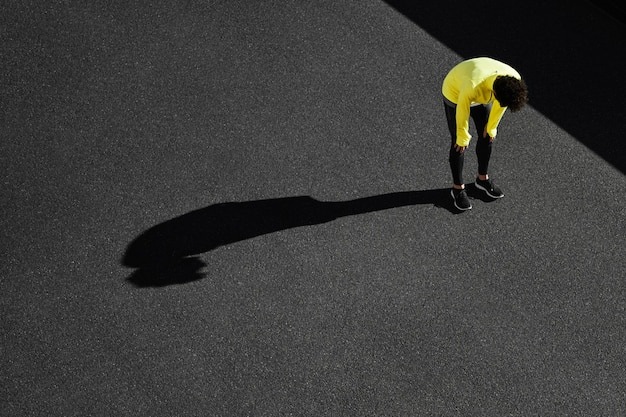 Vue de dessus du sportif prenant une pause de l'exercice
