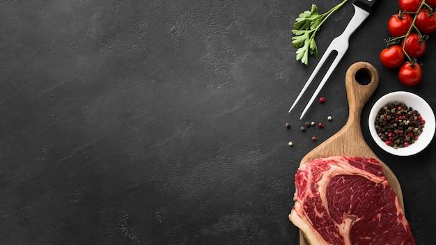 Vue de dessus du steak frais sur la table avec copie espace