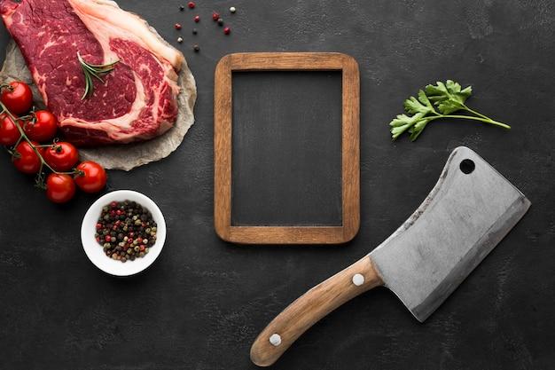 Vue de dessus du steak frais sur la table prêt à être cuit