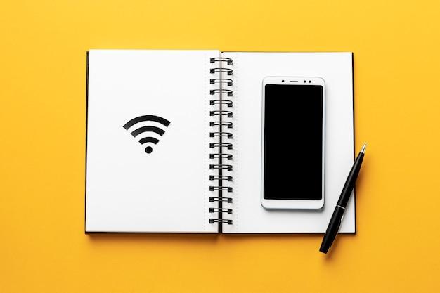Vue de dessus du symbole wi-fi avec ordinateur portable et smartphone