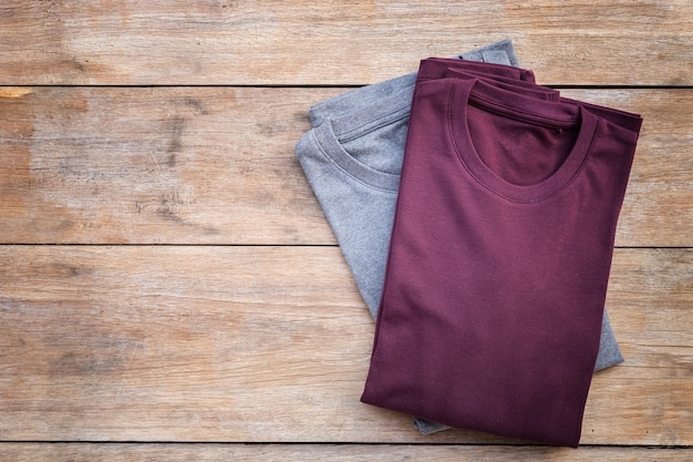 Vue de dessus du t-shirt de couleur sur fond de planche de bois gris
