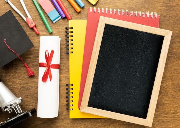Vue de dessus du tableau noir avec fournitures scolaires et espace copie