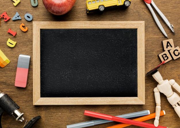 Vue de dessus du tableau noir avec des lettres et apple