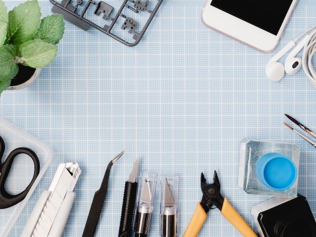 Vue de dessus du tapis de coupe et des kits d'outils sur blanc