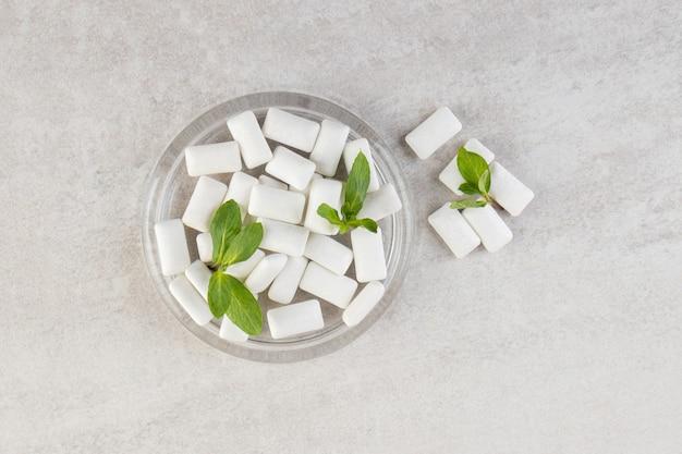 Vue de dessus du tas de gencives avec des feuilles de menthe dans un bol en verre.