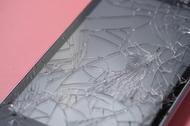 Vue de dessus du téléphone intelligent cassé sur fond de couleur