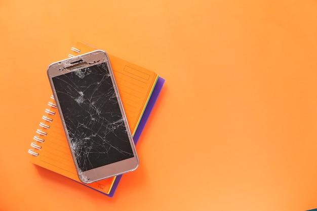 Vue de dessus du téléphone intelligent cassé