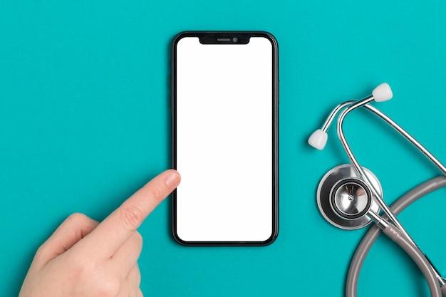 Vue de dessus du téléphone mobile avec stéthoscope