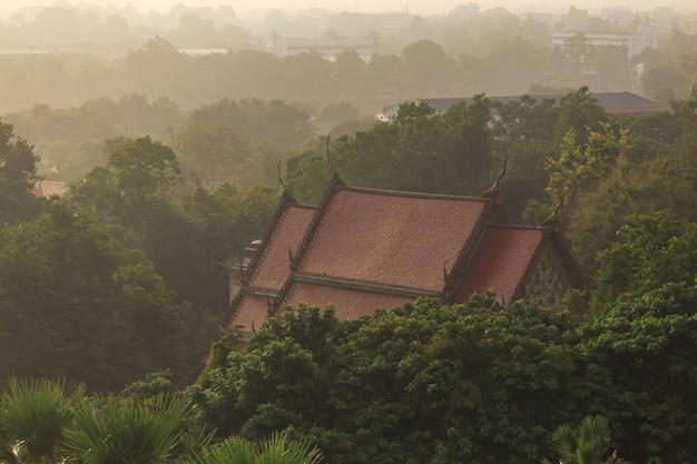 Vue de dessus du temple phra mahathat le temple bouddhiste et le paysage urbain de ratchaburi dans la province de ratchaburi en thaïlande