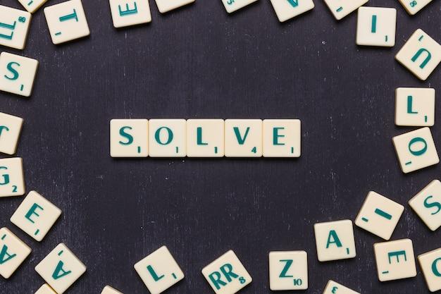 Vue de dessus du texte de résolution composé de lettres de jeu au scrabble