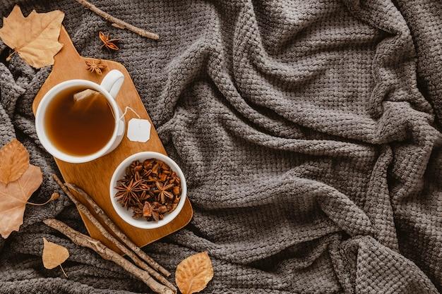 Vue de dessus du thé et de l'anis étoilé à bord