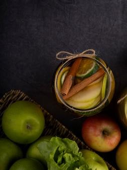 Vue de dessus du thé au citron avec de la cannelle au citron vert et des pommes avec copie espace