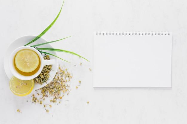 Vue de dessus du thé au citron avec carnet