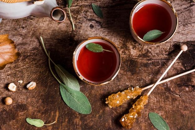 Vue de dessus du thé dans des tasses avec du sucre cristallisé
