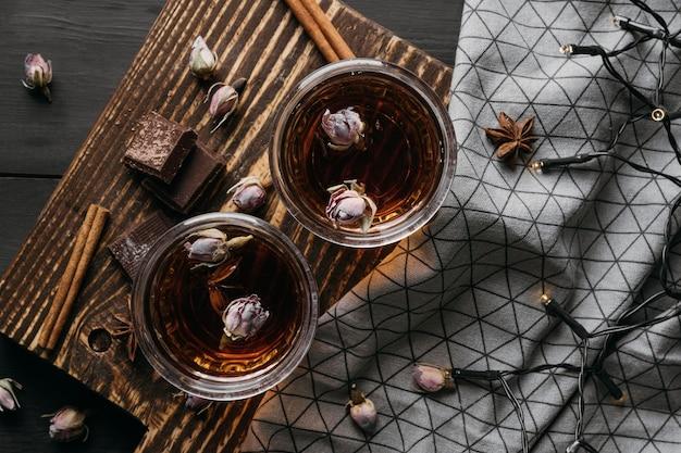 Vue de dessus du thé avec des fleurs séchées