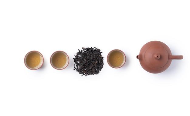 Vue de dessus du thé noir frais avec théière bouilloire et feuilles à taiwan, mise en page du concept de conception de la culture asiatique.