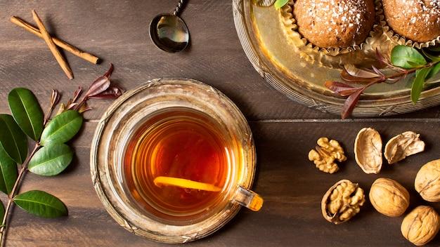 Vue de dessus du thé et des noix