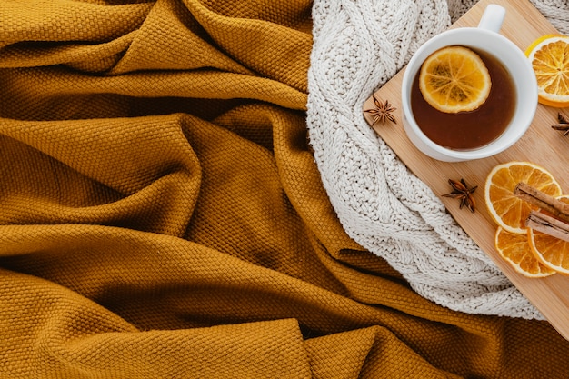 Vue de dessus du thé avec des tranches de citron séchées