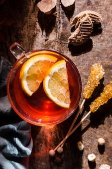 Vue de dessus du thé avec des tranches de citron