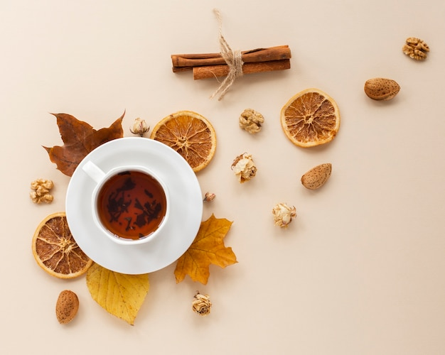 Vue de dessus du thé avec des tranches d'orange séchées