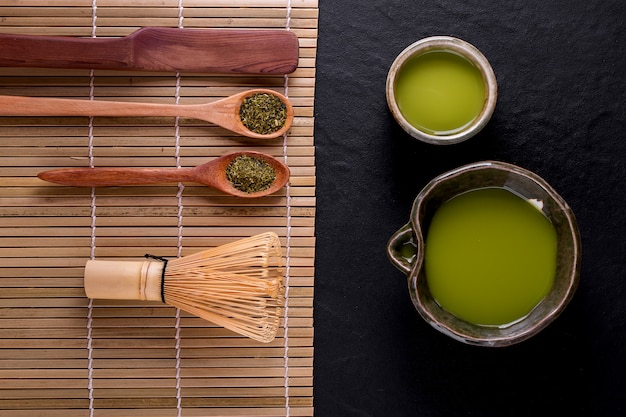 Vue de dessus du thé vert matcha dans un bol sur une surface en bois