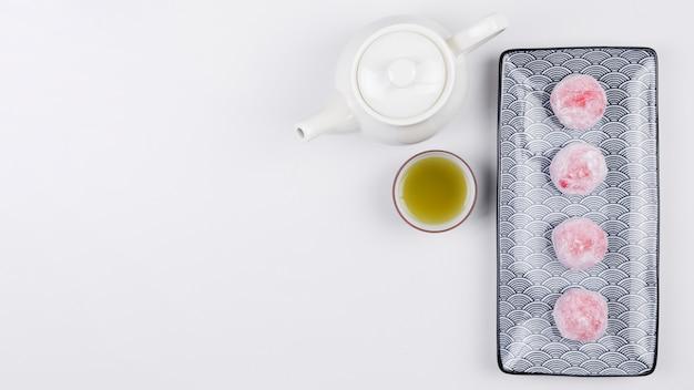 Vue de dessus du thé vert et mochis