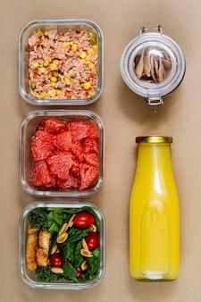Vue de dessus du thon, des légumes et des fruits