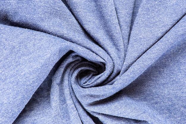 Vue de dessus du tissu bleu froissé tordu de la texture de fond de coton