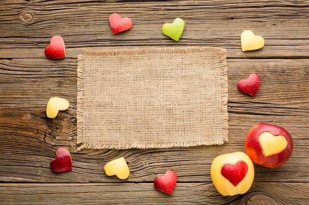 Vue de dessus du tissu avec des formes de coeur de fruits