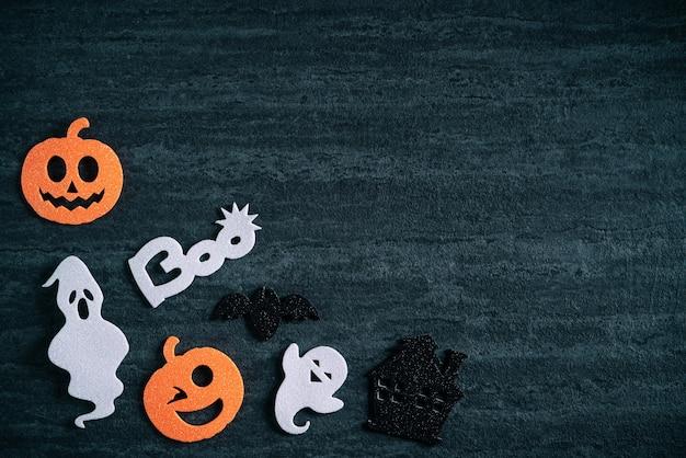 Vue de dessus du tissu non tissé de décoration de concept d'halloween sur fond d'ardoise noir foncé.