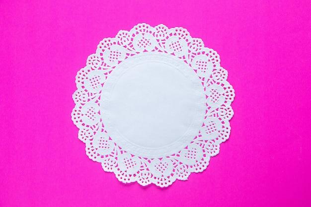 Vue de dessus du tissu de table blanc sur fond rose concept de vacances printemps coloré fleuri ethnique novruz