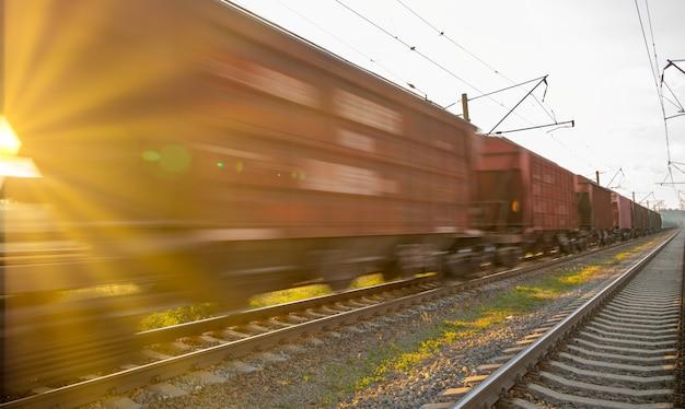 Vue de dessus du train de marchandises, flou de mouvement.