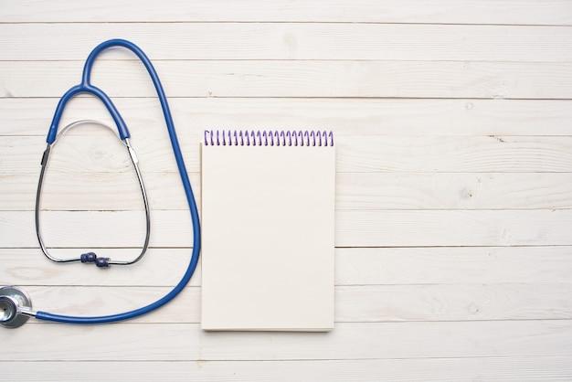 Vue de dessus du traitement médical du bloc-notes stéthoscope